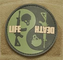 Шеврон на липучке Life Death PVC олива-черный - фото 16468