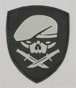 Шеврон на липучке Skull with knives щит - фото 9740